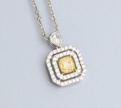 Collier en or gris 750°/00 maille forçat ponctuée de diamants sertis clos, le centre...