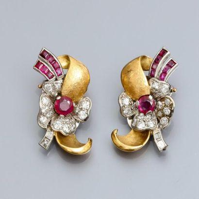 Paire de boucles d'oreilles clips en platine et or 750°/00, à décor de rubans et...