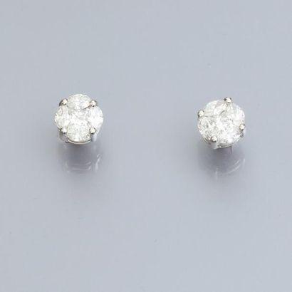 Paire de boucles d'oreilles en or gris 750°/00, serties de diamants taille princesse...