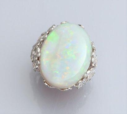 Bague en or gris 750°/00 sertie d'une opale de 18 carats environ, la monture ornée...