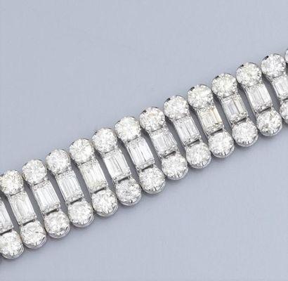 Important bracelet en or gris 750°/00 , serti...