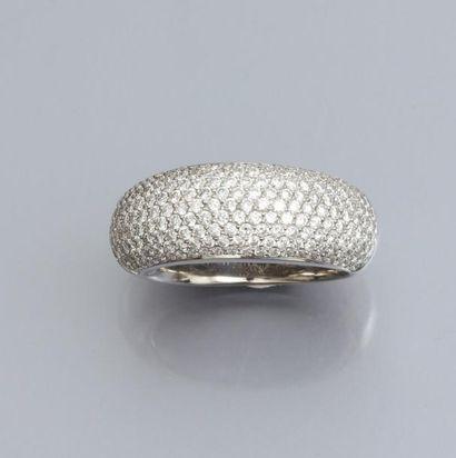 Bague jonc en or gris 750°/00, pavée de diamants taille brillant. 9.10 g. TDD 51....