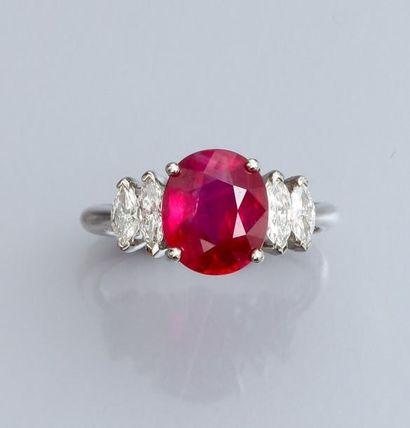 Bague en or gris 750°/00 , sertie d'un beau rubis naturel de 3.12 carats, épaulé...