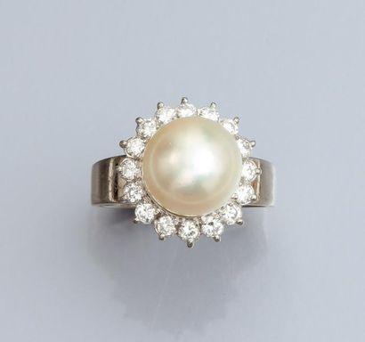 Bague en or gris 750°/00, sertie d'une perle...