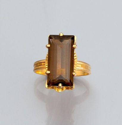 Bague en or jaune 750°/00 sertie d'un quartz...