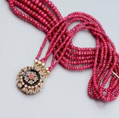 Collier formé de cinq rangs de petits rubis...