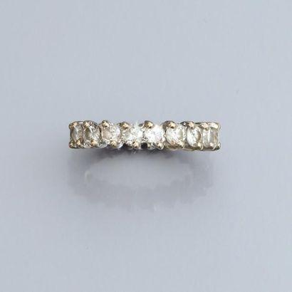Alliance en or gris 750°/00, sertie de diamants...