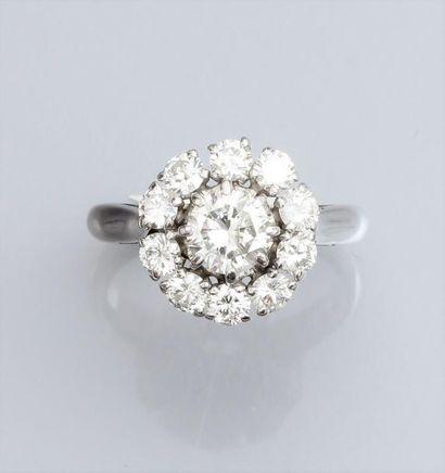 Bague marguerite en or gris 750°/00, sertie de diamants taille brillant (le centre...