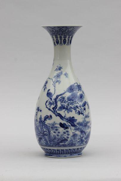 VASE de forme balustre à col cornet en porcelaine...