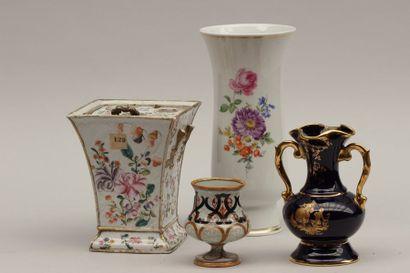 Lot comprenant: Bouquetière en porcelaine...