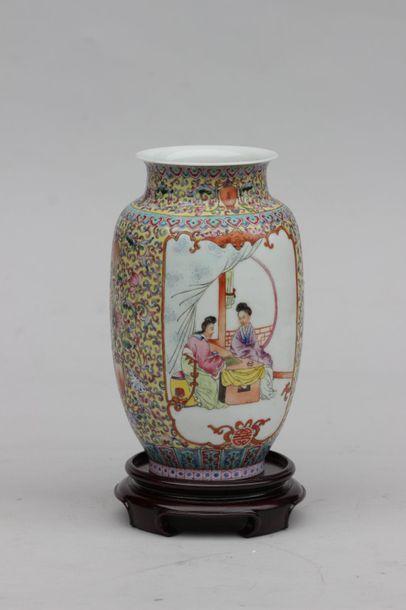 Vase en porcelaine à décor polychrome en...
