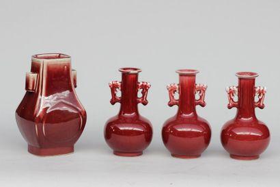 Ensemble de trois vases à col étranglés et...
