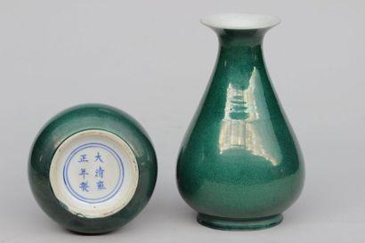 PAIRES de vases de forme amphores en porcelaine...
