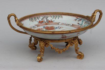 Grande coupe en porcelaine à décor floral,...