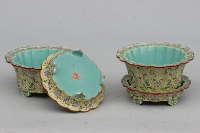 Paire de bols avec supports en porcelaine...