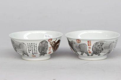 PAIRE DE BOLS en porcelaine de la Chine à...