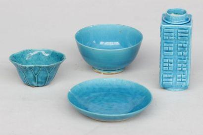 Ensemble en porcelaine émaillée bleu comprenant...