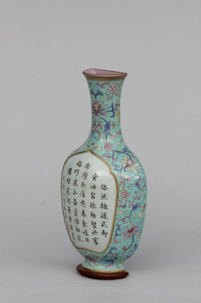 BOUQUETIERE EN forme de vase d'applique murale...