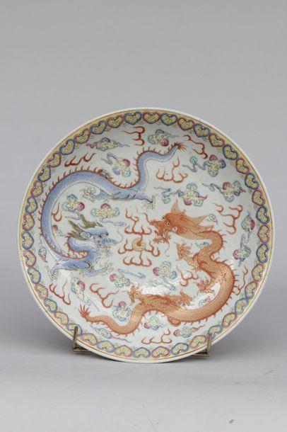 PLAT CREUX en porcelaine de la Chine à décor...