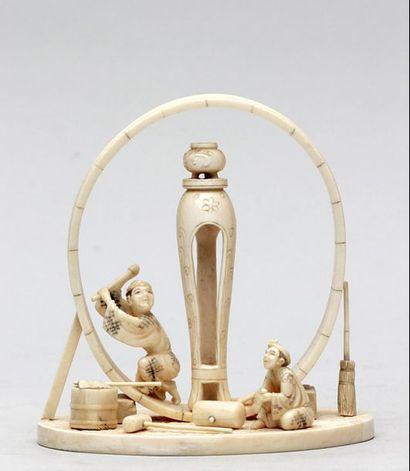 OKIMONO en ivoire représentant un fabricant...