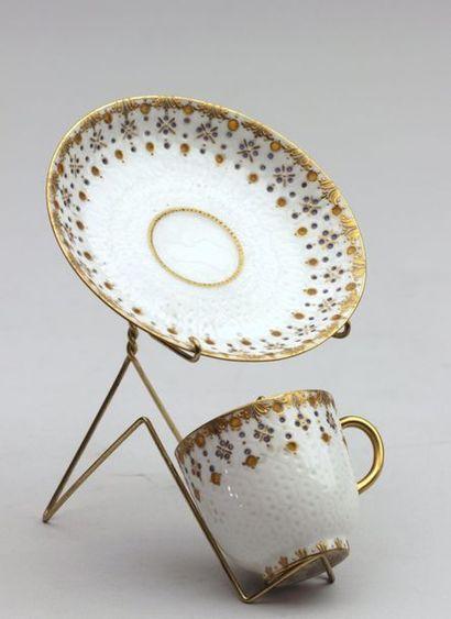 LIMOGES Tasse et sous-tasse en porcelaine...