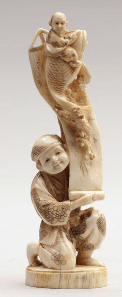 OKIMONO en ivoire représentant un homme déroulant...