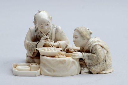 OKIMONO en ivoire représentant un couple...
