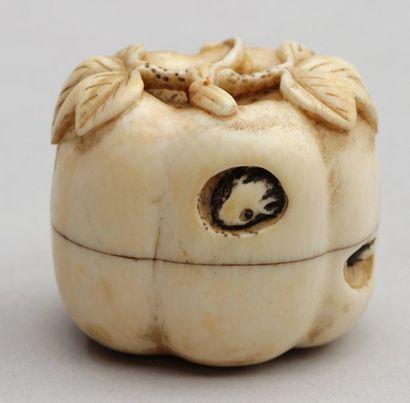 BOÎTE en ivoire en forme de citrouille dans laquelle un rat, les yeux incrustés...