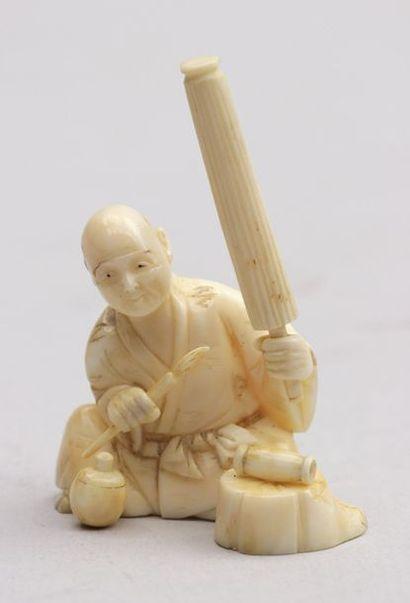 Petit OKIMONO en ivoire représentant un artisan...