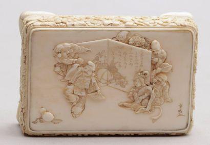 BOÎTE rectangulaire en ivoire à très fin décor sur le dessus des sept dieux du Bonheur,...