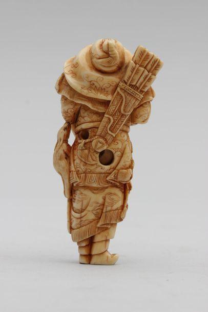 NETSUKE en ivoire représentant un grand archer tartare dans son costume traditionnel...
