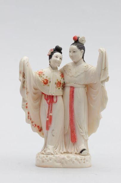 Statuette en ivoire représentant deux jeunes...