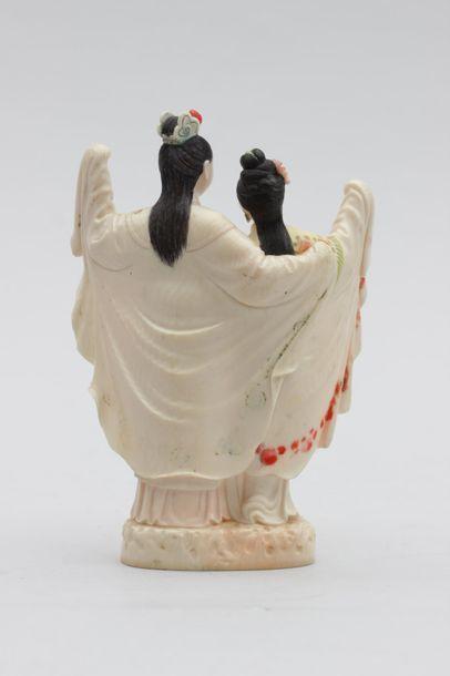 Statuette en ivoire représentant deux jeunes femmes enlacées dansant, reprises de...