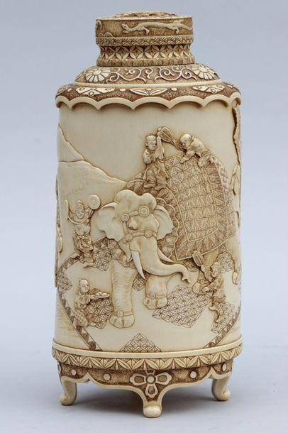 VASE couvert de forme bouteille en ivoire finement ciselé en bas relief d'une scène...