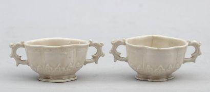 Paire de coupes en porcelaine blanc de chine,...