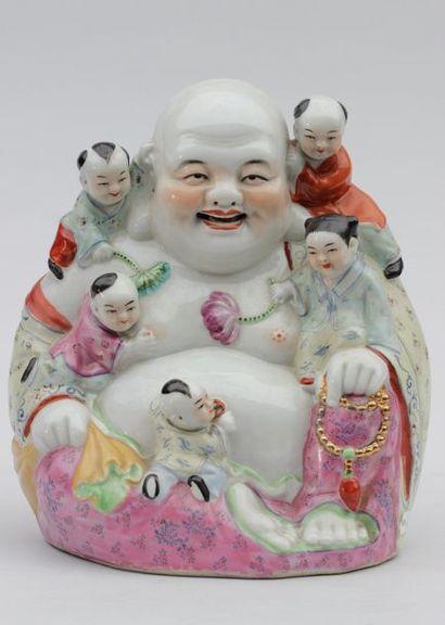 Groupe en porcelaine en forme de Hotei et...
