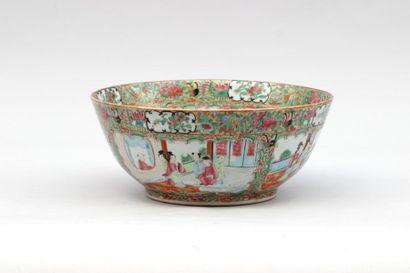 COUPE en porcelaine à décor polychrome de...