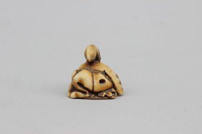 NETSUKE en ivoire représentant un homme assis tenant un éventail, signé, Japon Meiji...