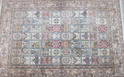 TAPIS en laine et soie à décor géométrique...
