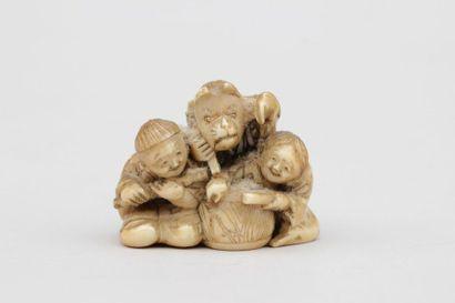 NETSUKE en ivoire représentant trois enfants...