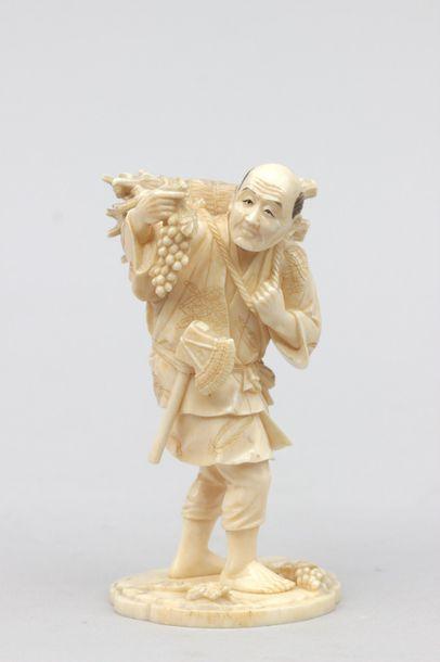 OKIMONO en ivoire représentant un vigneron...