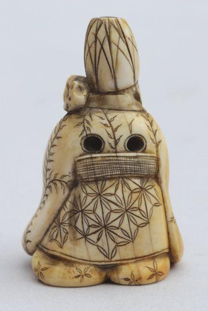 NETSUKE en ivoire représentant le dieu Jurojin assis à côté d'un panier de pêches...