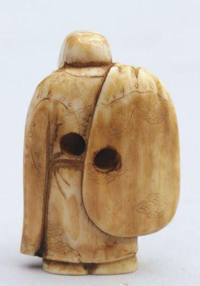 NETSUKE en ivoire représentant Hoteï tenant son sac aux richesses sur l'épaule,...