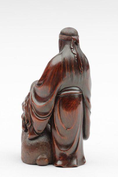 OKIMONO en bois représentant Yama Uba Tenant son sein droit, la main gauche délicatement...