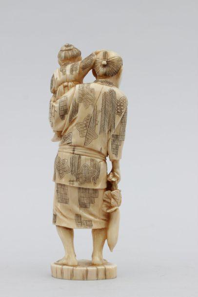OKIMONO en ivoire représentant un jardinier tenant des légumes, un enfant dans les...