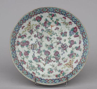 PLAT sur talon en porcelaine à décor émaillé...