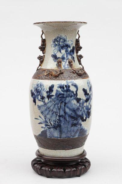VASE en ceramique craquelée de forme balustre...