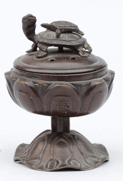 Petit BRULE-PARFUM en bronze patiné de forme...