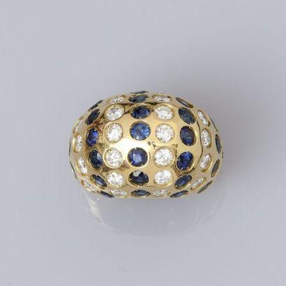 Bague boule, en or jaune 750 millièmes, à semis de brillants, estimés, ensemble,...