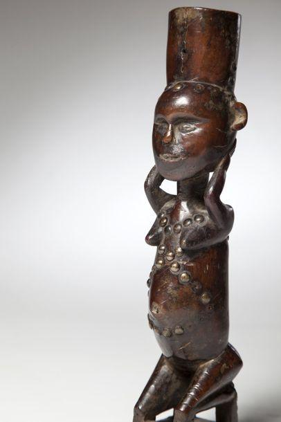 KONGO/BEMBE, Congo  Cette statue féminine agenouillée, insigne de pouvoir, portait...